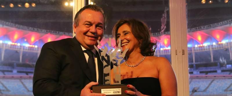 Olivier Ginon Prsident De GL Events Recoit Le Prix Personnalit France Brsil 2015 La Prsidente Chambre Commerce Rio